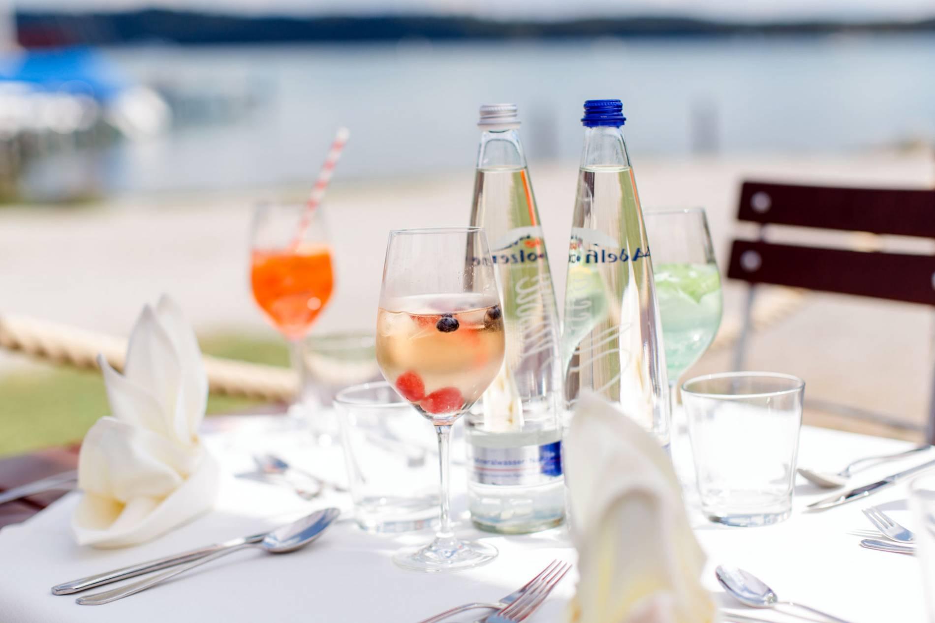 Erfrischungsgetränke geniessen im Restaurant Forsthaus am See
